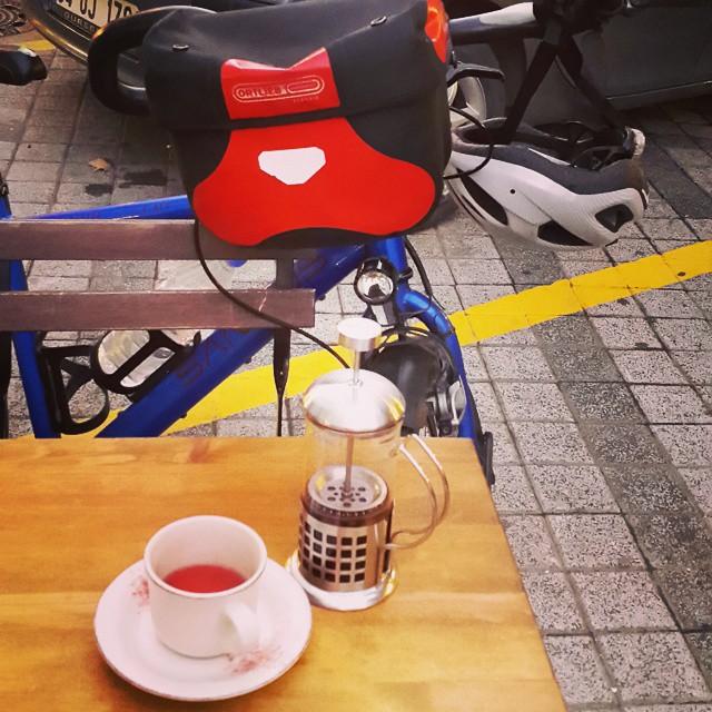 Sultanbeyli farkındalık turu sonrası bugün yediğimiz rüzgara inat @cafezapata usulü sıcak çay. Sufle de geliyor. :)