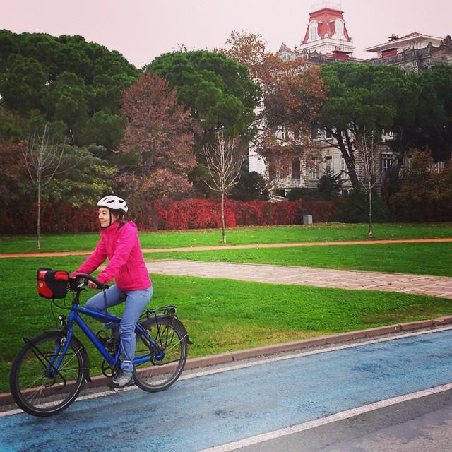 Hanımlar, dünyanın en güzel bisiklet albümünü oluşturuyoruz. :) Şehirde, günlük kıyafetlerinizle #bisiklet sürerken fotoğrafınızı çekin ve facebookta