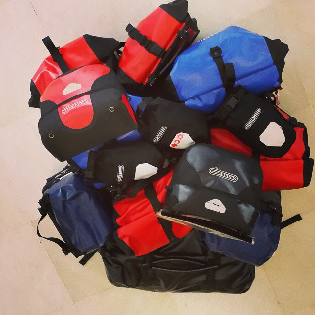 2 ay boyunca evimiz bu 14 çantanın içinde. :) Our household will be in these 14 bags for two months.  @sirtcantalilar @ozcanyuksek  #Ortlieb #yolculuk #travel #traveller #explorer #gezgin #bisiklet #bicycle #bicycletour #touring #touringbicycle #cycling #cycletouring #rohloff