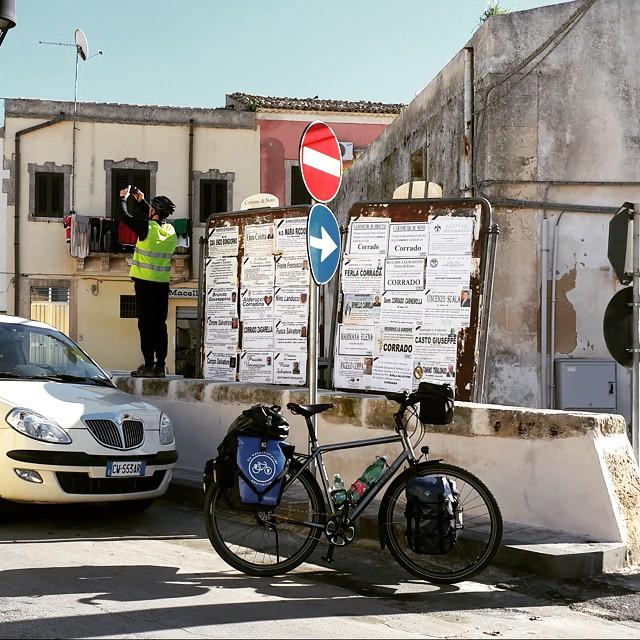 Alexios neyin fotoğrafını çekiyor? :) #girodisicilia #sicily #sicilia #Sicilya #bisiklet #bicycle #bicicletta #cycling #idworx #ortlieb #rohloff