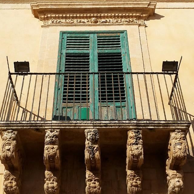 #balkon #pencere #balcone #finestra #balcony #window #sarı #yeşil #giallo #verde #yellow #green #uyum #harmony #armonia  #girodisicilia #Noto #sicilia #sicily #Sicilya