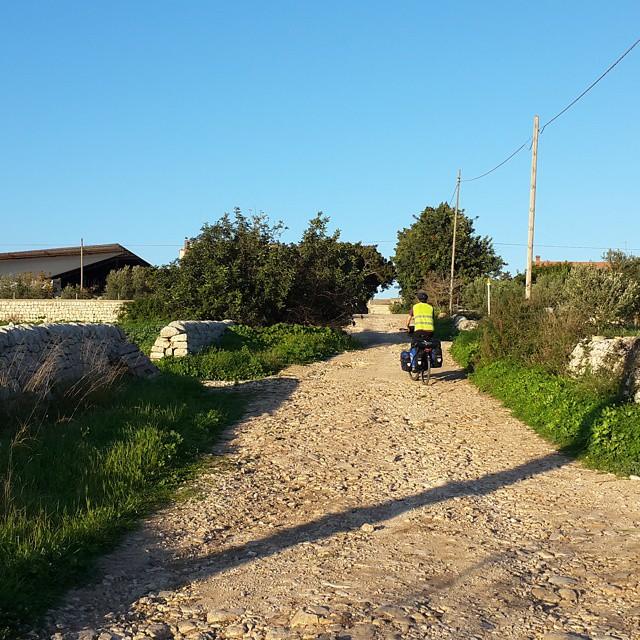 Kamp yeri ararken... Looking for a place for our tent... #girodisicilia #bicicletta #bisiklet #bicycle #bicycletour #touring #touringbicycle #cycling #cycletouring #gezgin #travel #traveller #explorer #yolculuk #yol #yolda #ontheroad #sicilia #sicily #Sicilya #italia #italya #italy